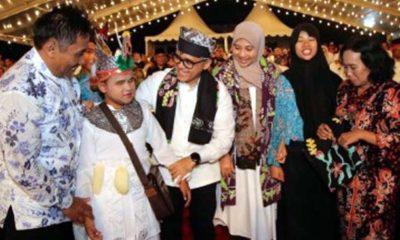 Puncak Harjaba, Anas Dihadiahi Batik oleh Penyandang Disabilitas
