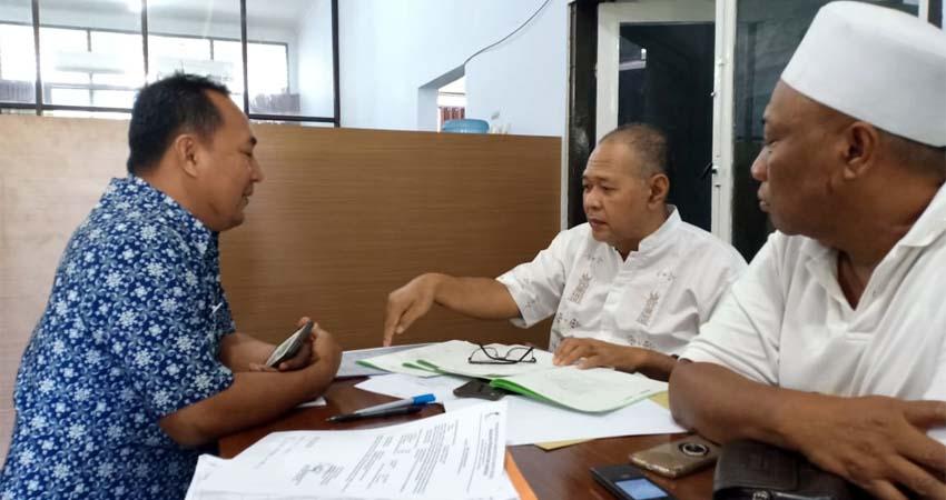 Raja Sengon dan H Harun saat klarifikasi mahal bea BPHTB di kantor Bapenda Banyuwangi, Jumat (6/12/2019). (ras)