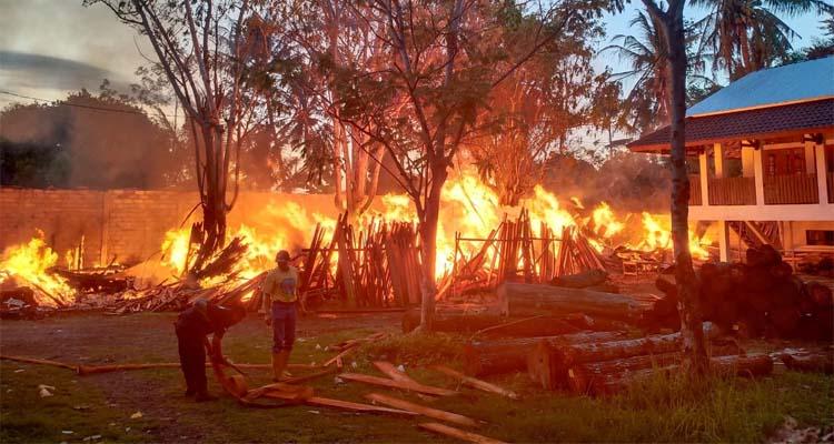 Si jago merah melalap meubelir dan gudang kayu milik Abdullah Syihab, warga Kelurahan Kebalenan, Kecamatan Banyuwangi, Kamis (16/01/2020) pagi. (ras)