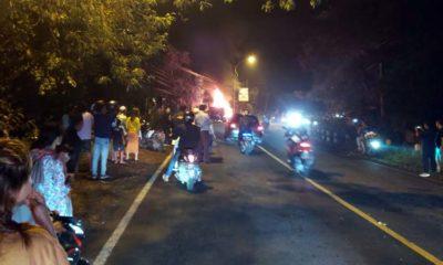 Mobil Honda Freed yang dikemudikan Dewi Supratiningsih warga Krajan, Desa Tembokrejo dilalap api di jalan raya Gladag, Rogojampi, Selasa (18/02/2020) malam. (ist)