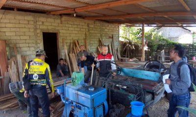 Aparat Gabungan dari Polsek Bangorejo dan karyawan Perhatian RPH Gaul, Grajagan saat mengamankan barang bukti kayu jati milik Nur Sujoko, warga Dusun Sumberjambe, Desa Temurejo, Kecamatan Bangorejo yang diduga tidak memiliki dokumen. (ist)
