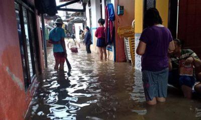 Warga Lingkungan Kampung Ujung, Kelurahan Kepatihan mengamankan perabotan rumah tangga dari kepungan banjir, Senin (09/03/2020) sore. (ras)