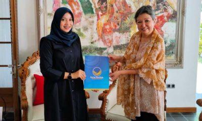 Ketua DPW Nasdem Jawa Timur, Sri Sajekti Sudjunadi menyerahkan map warna biru berlambang partai Nasdem yang diduga rekomendasi Bacabup Banyuwangi kepada Ipuk Fiestiandani istri Bupati Banyuwangi Abdullah Azwar. (Ist)