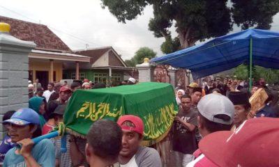 Warga Dusun Krajan II, Desa Alasbuluh ketika memakamkan Muhlis dan istrinya, korban memakan ikan buntal. (ist)