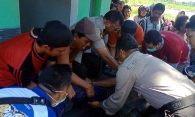 Warga bersama anggota Polsek Rogajampi Saat menolong korban yang tergeletak disungai, yang diduga akibat tersetrum saat mencari ikan dengan alat setrum. (ras)