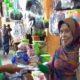 Koordinator Pasar Genteng 1, Darmanto ketika membagikan masker kepada pedagang pasar Genteng 1, Jumat (17/4/2020) siang. (Ant)