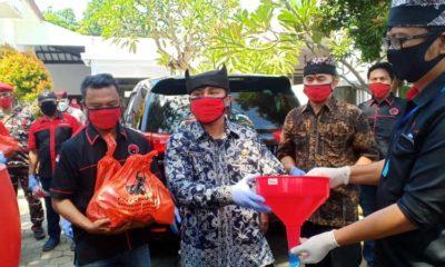 PDI Perjuangan Bersama Ormas Banyuwangi Bagi Ratusan Sembako Masker dan Tong Air