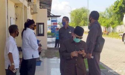 Rombongan Komisi IV DPRD Banyuwangi saat dihadang petugas keamanan PT Misi Mulia Petronusa, Rabu (29/4/2020) siang. (ras)