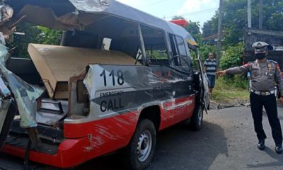 Kondisi mobil ambulan RSUD Blambangan akibat terguling setelah menabrak truk tronton bermuatan aspal di perbatasan Kecamatan Genteng dengan Kecamatan Srono, Senin (11/5/2020) siang. (ras)