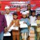 Pengurus Laskar Osing saat menyerahkan santunan kepada anak yatim dan fakir miskin. (ras)