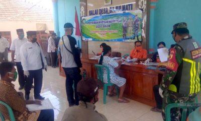 Warga Kecamatan Wongsorejo ketika mengambil Bantuan Sosial Tunai (BST) dari Kementerian Sosial, Selasa (12/5/2020) siang