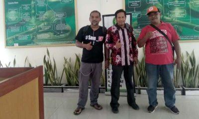 Saleh SH diapit Slamet Santoso dan Suhariyono saat menghadiri sidang gugatan pencemaran nama baik di PN Banyuwangi. (dok)