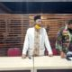 Kepala Desa Karangsari, Budiyono (baju putih) didampingi Bhabinkamtibmas dan Babinsa saat acara musyawarah dan mediasi bertempat di aula Desa Karangsari, Minggu (5/7/2020) malam. (ant)