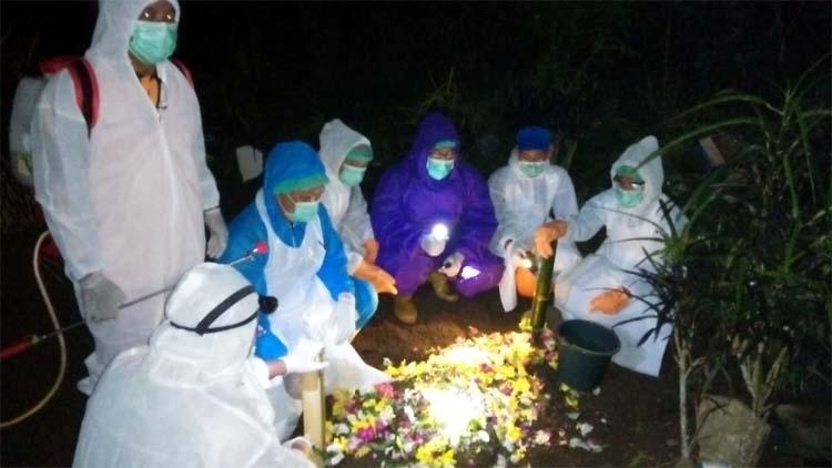 Tenaga medis RSUD Genteng saat memakamkan pasien PDP Covid-19 warga Desa Parangharjo, Kecamatan Songgon sesuai SOP. (ant)