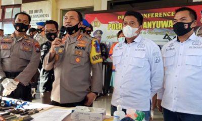 Kapolresta Banyuwangi Kombes Pol Arman Asmara Syarifuddin saat menggelar pers release Pasutri pelaku Curanmor, bertempat di Mapolresta Banyuwangi. (ras)