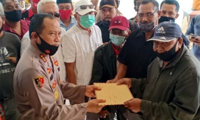 Gabungan LSM se-Banyuwangi saat menyerahkan surat ke Kapolresta Banyuwangi, Kombes Pol Arman Asmara Syarifuddin, Kamis (30/7/2020). (ras)