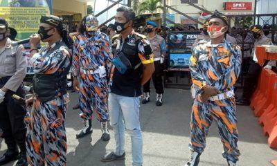 LSM GMBI Saat menggelar aksi demo di depan Mapolresta Banyuwangi (dok)