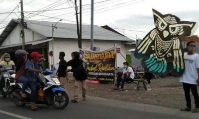 Cah Bergundul saat menggalang dana di pinggir jalan raya untuk mengamen dan menggelar bazar layangan. (ant)