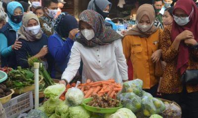 Cabup Ipuk Fiestandani Azwar Anas ketika blusukan di Pasar Rogojampi.